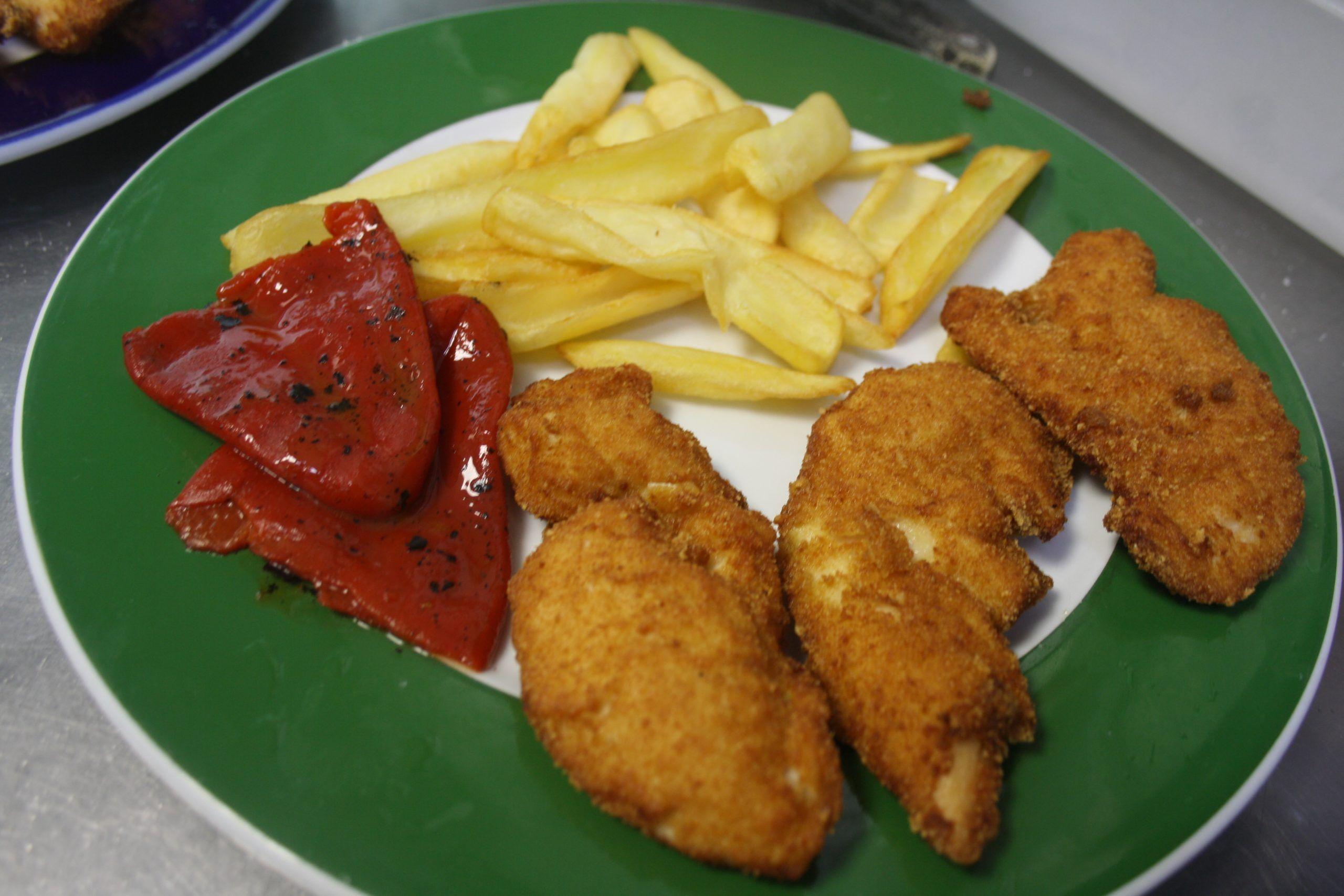 Tiras de pollo empanadas, piquillos y patatas fritas
